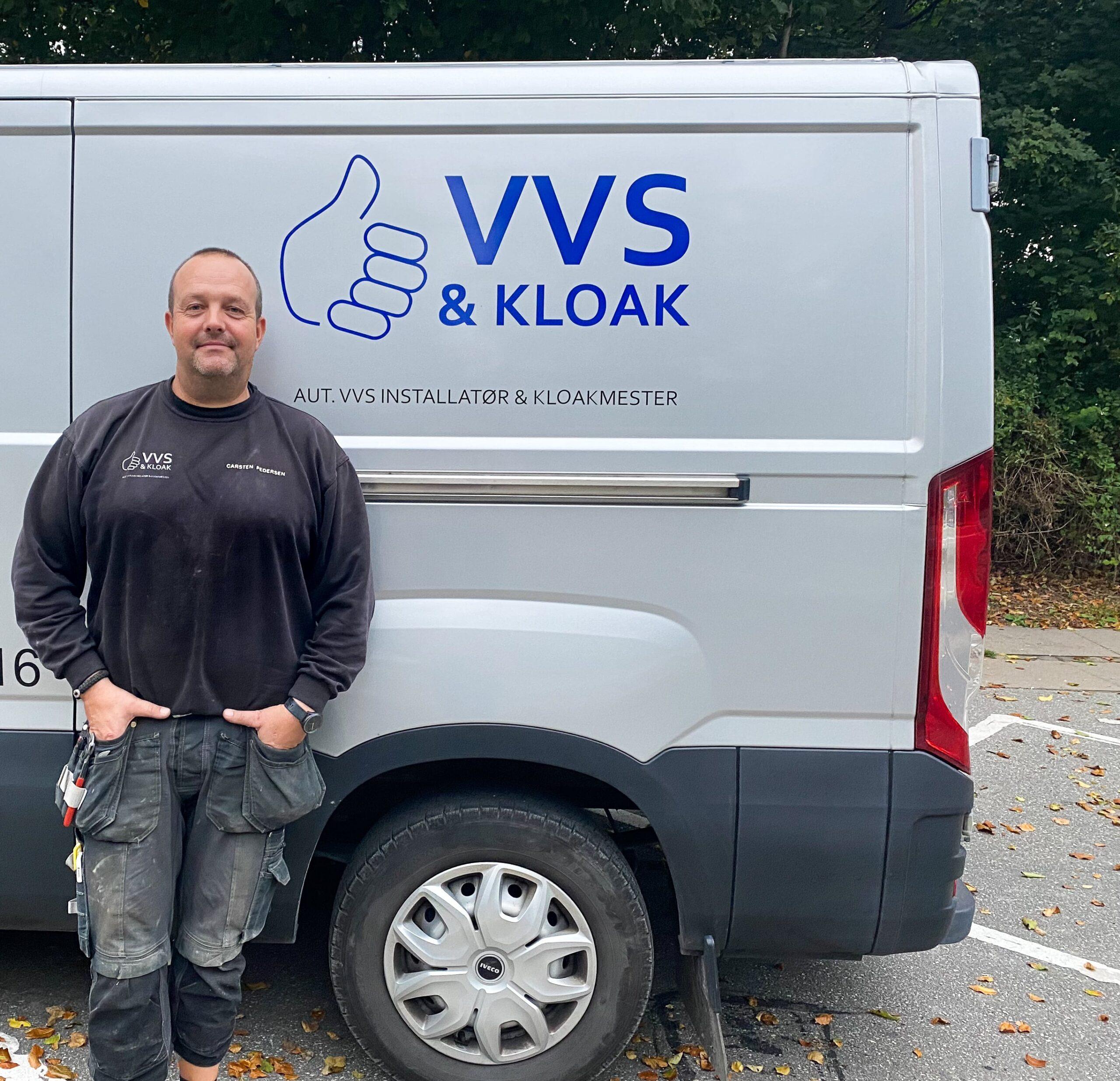 Autoriseret VVS og kloakmester foran bil
